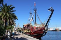 Piratkopiera skeppet i hamn Arkivfoton