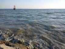 Piratkopiera skeppet i stranden royaltyfri bild
