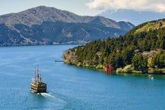 Piratkopiera skeppet och den Torii porten, Hakone Fotografering för Bildbyråer