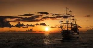 Piratkopiera skeppet på det öppna havet Arkivbild