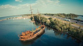 Piratkopiera skeppet på lakeshore Arkivbild