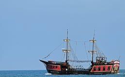 Piratkopiera skeppet seglar haven i sökande av brädet och plundrar Royaltyfri Fotografi