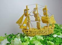 Piratkopiera skeppet som göras från pasta Arkivbilder