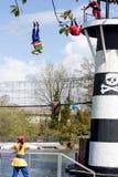 Piratkopierar att hoppa av fyren i den Lego Land showen Arkivbild