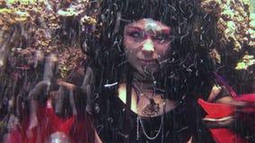 Piratkopierar den fria dykaren för ung flickamodellen som är undervattens- i röd dräkt av, i Röda havet lager videofilmer