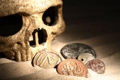 piratkopierar den gammala liggande översikten för den mässingskniven för bröstkorgmyntkompasset fulla guld- skalleskatten mycket Royaltyfri Bild