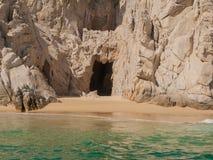 Piratkopierar grottan på Land's End arkivbild