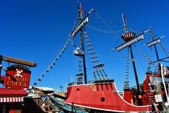 Piratkopierar kryssning turnerar på pir för bakgrund för blå himmel nästan 60 område arkivbild