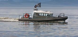 Piratkopierar på ett motoriskt fartyg i en fjärd arkivfoton