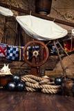 Piratkopierar skeppdäcket med den styrninghjulet och flaggan Royaltyfri Foto