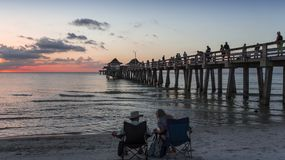 Pirbrygga på solnedgången i Naples, forida, USA royaltyfria foton