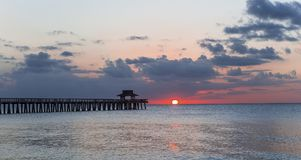 Pirbrygga på solnedgången i Naples, forida, USA Royaltyfria Bilder