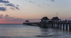 Pirbrygga på solnedgången i Naples, forida, USA Royaltyfri Fotografi