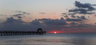Pirbrygga på solnedgången i Naples, forida, USA Fotografering för Bildbyråer