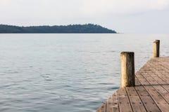 Pire en bois de poteau sur la mer Photos stock