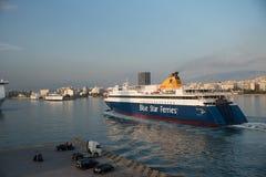 Pireaus la Grecia 18 giugno 2018: Traghetto che arriva nel porto Grecia di Pireaus fotografie stock libere da diritti