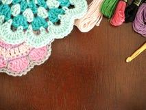 Pires, bolas do fio e agulhas de confecção de malhas de confecção de malhas Fotos de Stock Royalty Free
