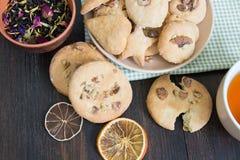 Pires com cookies caseiros e um copo do chá preto perfumado Foto de Stock