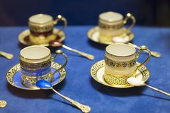 Pires da porcelana e um copo do chá em um fundo azul Imagem de Stock Royalty Free