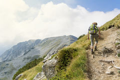 Pirin山的,保加利亚妇女远足者 免版税图库摄影