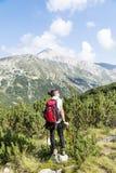 Pirin山的,保加利亚妇女远足者 库存图片