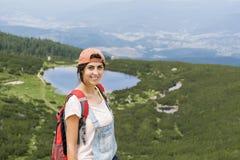 Pirin山的, Bezbog湖远足者妇女 免版税图库摄影