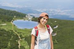 Pirin山的, Bezbog湖远足者妇女 免版税库存图片