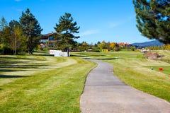 Pirin高尔夫俱乐部房子,绿草领域,五颜六色 免版税库存照片