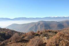 Pirin-Berg und eingenebeltes Mesta-Tal gesehen von Leshten-Dorf Stockfotos