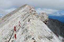 Pirin-Berge in Bulgarien, grauer Felsengipfel während des sonnigen Tages mit klarem blauem Himmel Stockfotos