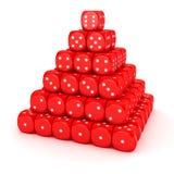 Pirámide de dados rojos Foto de archivo