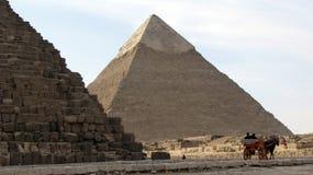 Pirâmide de Khafre pela grande pirâmide de Giza, Egito Foto de Stock Royalty Free