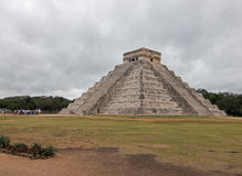 Pirâmide de Kukulcan do templo de El Castillo em ruínas maias do Chichen Itza de México Imagem de Stock