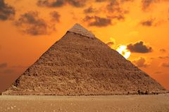 Pirámide y puesta del sol Imagen de archivo libre de regalías