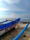 Piroga della barca del pescatore sulla riva dell'Oceano Indiano DUA di Nusa, Bali, Indonesia fotografia stock
