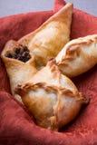 Pirogi ou samosa cuit au four différent image stock