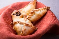 Pirogi ou samosa cuit au four différent image libre de droits