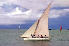 Pirogue naviguée blanche Photographie stock libre de droits