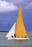 Pirogue naviguée jaune et blanche Images stock