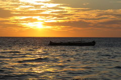 Pirogue sur la mer Image stock