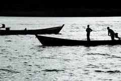 Pirogues, die auf einem Fluss kreuzen Lizenzfreie Stockfotos