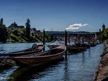 Pirogues en bois attendant sur le Rhein Photos stock
