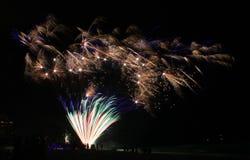 Pirotecnia da celebração de florida dos fogos de artifício da praia da Cidade do Panamá foto de stock