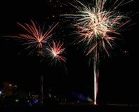 Pirotecnia de la celebración del lapso de tiempo de los fuegos artificiales de la Florida de la playa de ciudad de Panamá imagenes de archivo