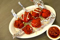 Piruleta del pollo con salsa picante schezwan foto de archivo