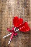 Piruleta en forma de corazón del caramelo para el día de tarjetas del día de San Valentín Imágenes de archivo libres de regalías