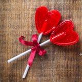 Piruleta en forma de corazón del caramelo para el día de tarjetas del día de San Valentín Imagenes de archivo