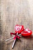 Piruleta en forma de corazón del caramelo para el día de tarjetas del día de San Valentín Foto de archivo libre de regalías