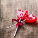 Piruleta en forma de corazón del caramelo para el día de tarjetas del día de San Valentín Foto de archivo