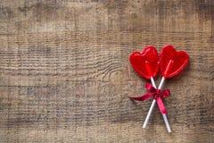 Piruleta en forma de corazón del caramelo para el día de tarjetas del día de San Valentín Imagen de archivo